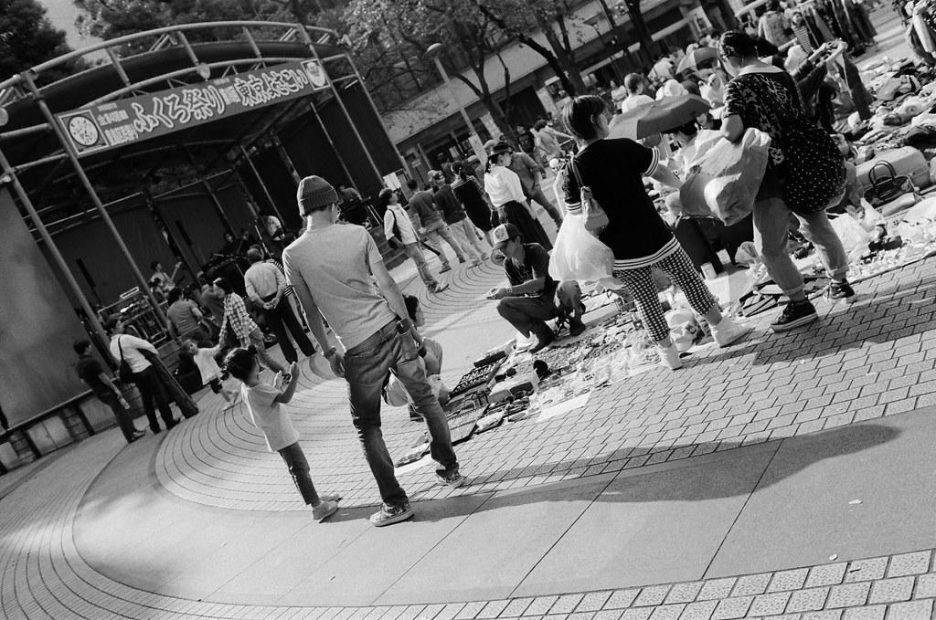 池袋西口公園 東京 Tokyo #DutchAngle 2015/10/04 去了池袋西口公園,那裡有市集,裝了一捲黑白的底片拍,本來以為可以有很多市集的畫面可以拍,但市集很小,一下就逛完了,但在要離開的時候看到一位爸爸站的姿勢很棒!  Nikon FM2 Nikon AI AF Nikkor 35mm F/2D Kodak TRI-X 400 / 400TX 1274-0017 Photo by Toomore