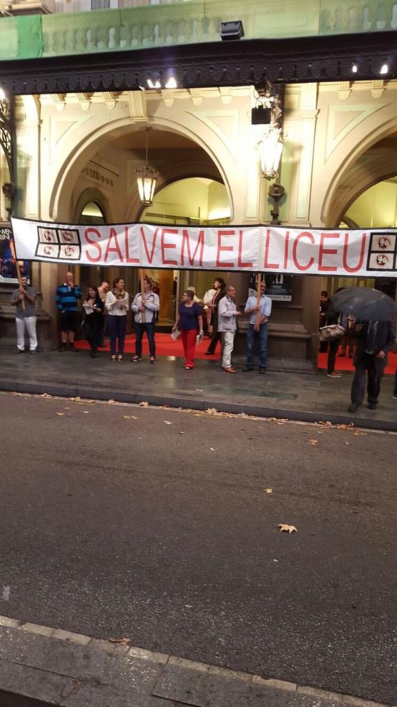 Concentració de treballadors del Liceu davant la rància burgesia catalana , per la pèssima gestió de la Direcció del Liceu de BCN