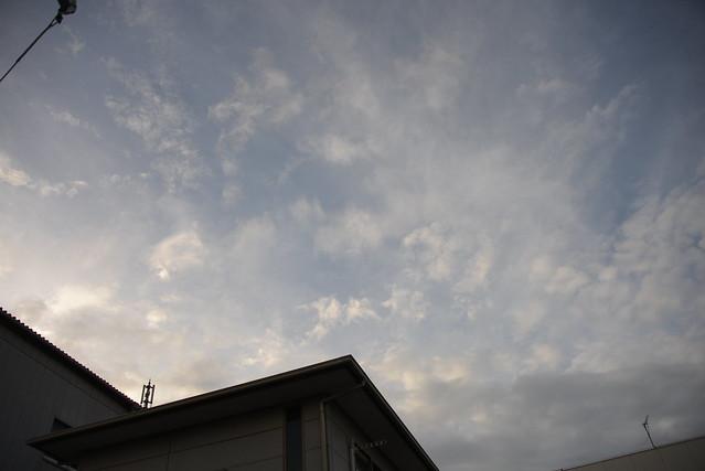 写真が貼れるかどうかの実験のために、先月に撮った台風前の空の風景をアップしてみる