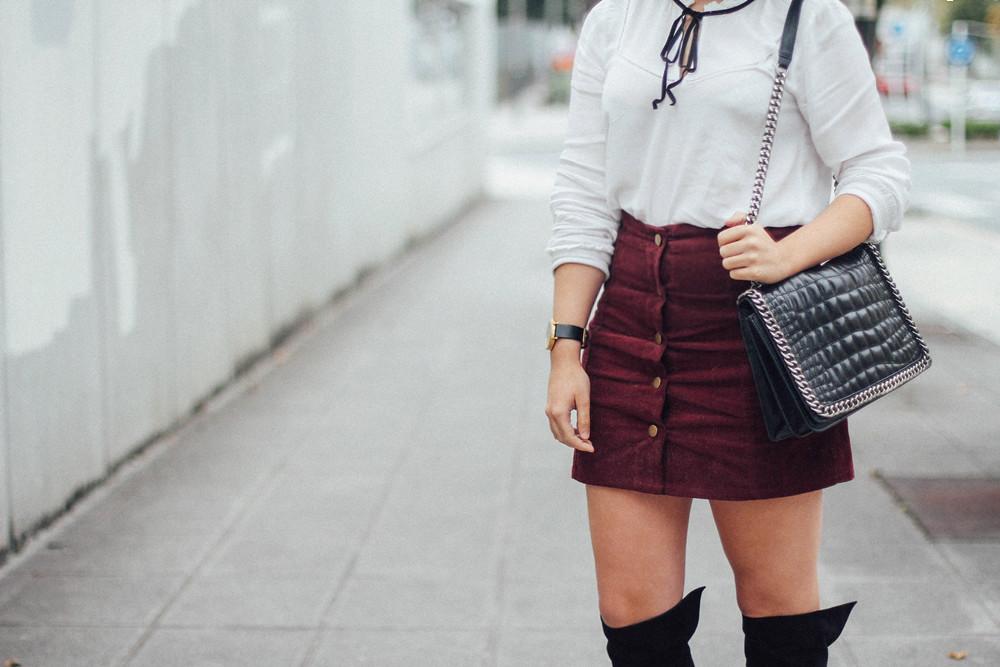 falda botones granate de pana con blusa blanca y lazo negro myblueberrynightsblog