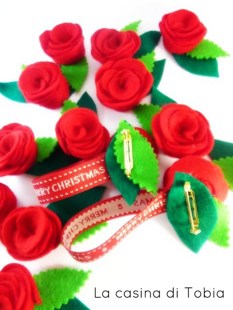 roselline di feltro fatte a mano, chiudipacco natalizio la casina di Tobia