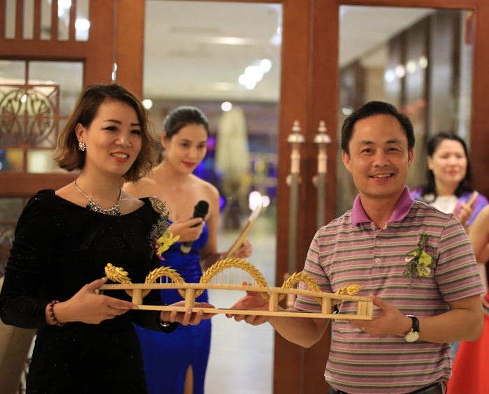 Da Nang Department of Tourism presents the Dragon Bridge to thank the Managing Director of JG Golf Vietnam