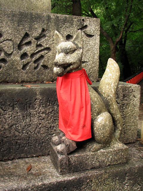 A kitsune statue at Fushimi Inari shrine by Chris Gladis from Flickr via Wylio
