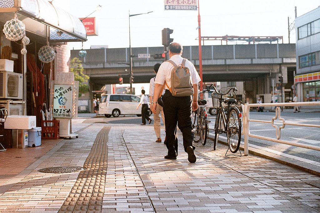 "本千葉駅 (ほんちばえき) 2015/08/05 從千葉城一路走到本千葉駅的路上拍攝的,其實我想要拍沒有人的路邊腳踏車,但人潮很多,我也想多放一些人在畫面裡頭,在這趟旅行中 ...  Nikon FM2 / 50mm Kodak ColorPlus ISO200  <a href=""http://blog.toomore.net/2015/08/blog-post.html"" rel=""noreferrer nofollow"">blog.toomore.net/2015/08/blog-post.html</a> Photo by Toomore"