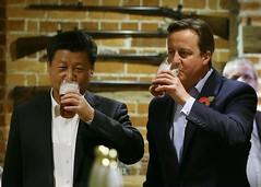 Xi Jinping con el PM David Cameron toman cerveza en un pub de Chequers, al noroeste de Londres. (©Kirsty Wigglesworth / Pool/AFP)