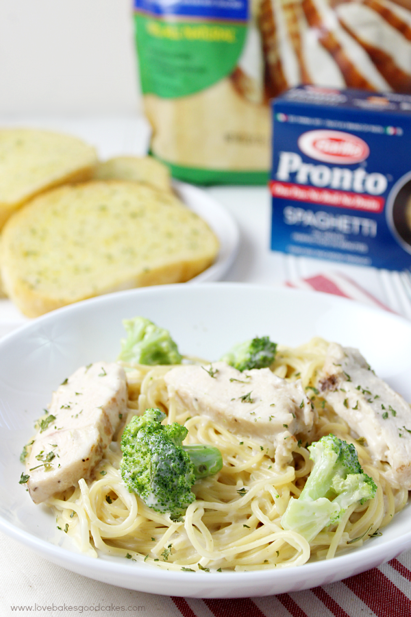 AD 10 to 15 minutes is all you need to make this Alfredo Chicken & Broccoli Skillet Pasta! This is one of the easiest dinner ideas ever! #EverydayEffortless