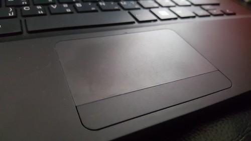 TrackPad ขนาดเล็ก แล้วออกแบบมาให้ปุ่มคลิกซ้ายคลิกขวากินเนื้อที่ไปอีก