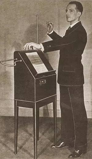 俄国发明家莱昂·泰勒明与他发明的第一台泰勒明琴