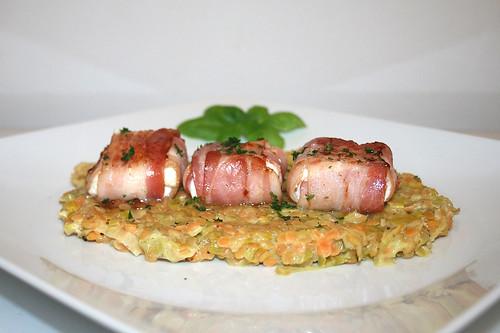 35 - Bacon wrapped goat cheese on leek lentils - Side view / Ziegenkäse im Baconmantel auf Lauch-Linsengemüse - Seitenansicht
