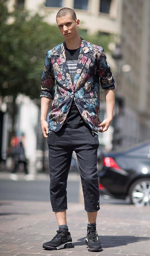 花柄ジャケット×七分丈パンツ×ニールバレットのスニーカー