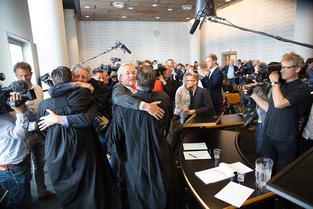 勝訴之後,律師與眾人相擁慶祝。(圖片來源:Urgenda / Chantal Bekker)