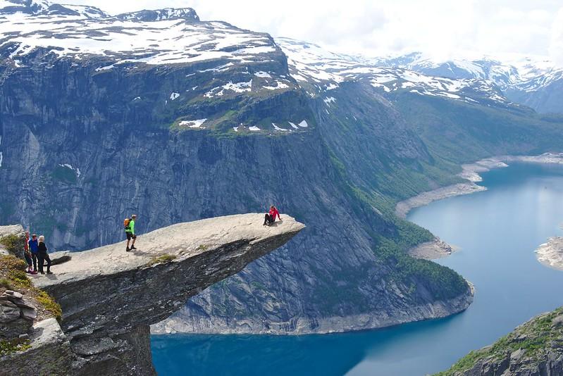 El Trolltunga es una ruta de senderismo que leva hasta una lengua estrecha de piedra a 800 metros de altura sobre un lago