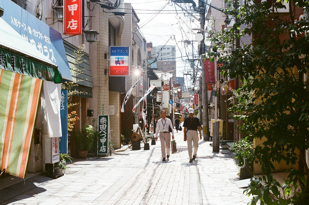 中通り商店街 長崎 Nagasaki 2015/09/08 中通り商店街,反射鏡反射了太陽,很刺眼!  Nikon FM2 Nikon AI Nikkor 50mm f/1.4S Kodak UltraMax ISO400 Photo by Toomore