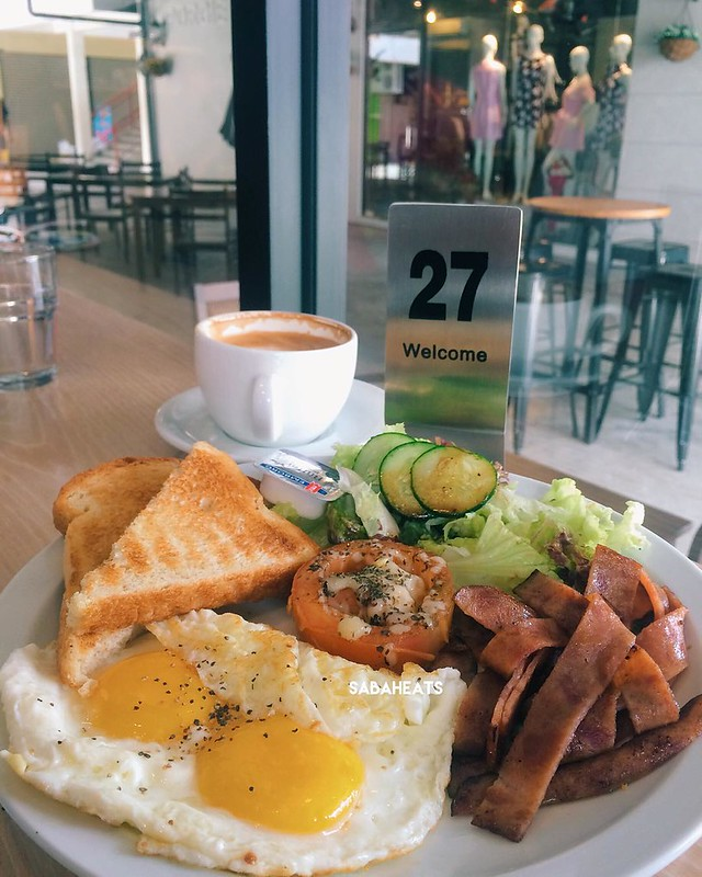 Sunday big breakfast at @ommas.oven, Lintas Plaza. So yummy and happy😊😊😄