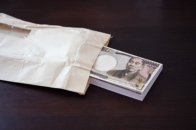 封筒に100万円ふせんを入れる