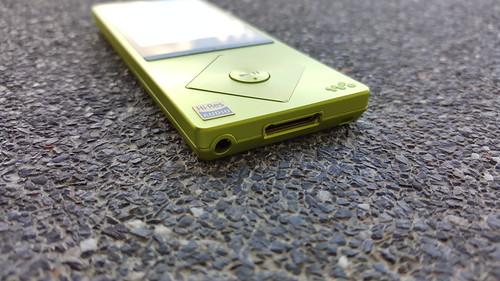 Sony NW-A25 ด้านล่าง
