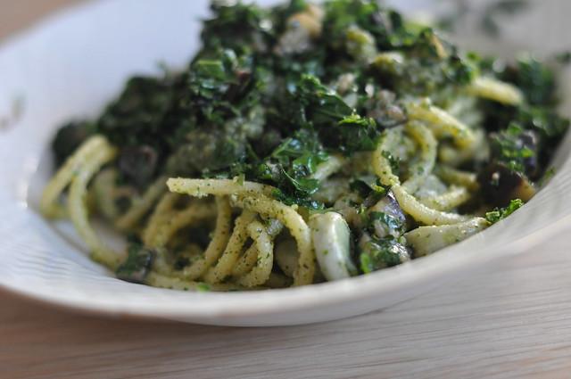 Pasta med hasselnødepesto, grønkål, aubergine og hestebønner