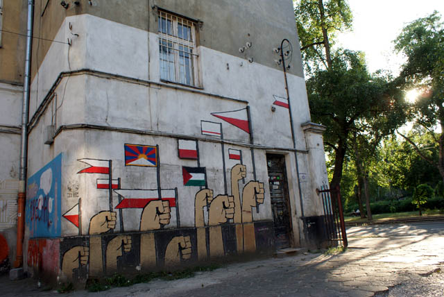Une foule de drapeaux : Polonais, palestinien, tibétain, georgien...