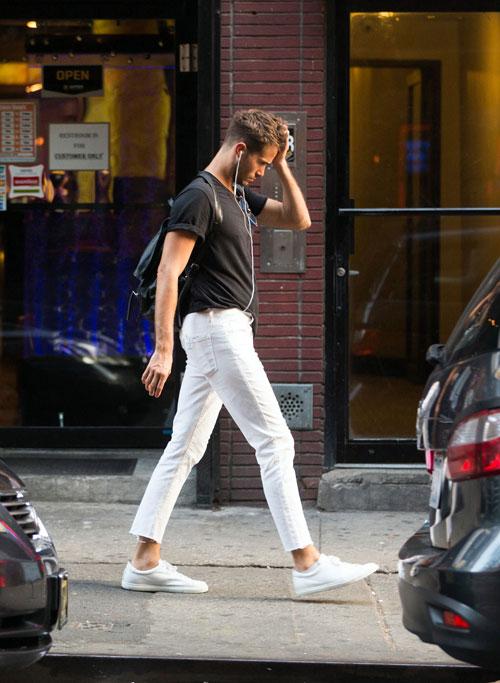 N°21白Tシャツ×ブラックジーンズ×白ローカットスニーカー