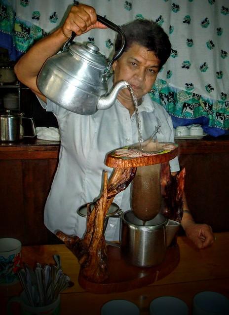Au Costa Rica, la préparation traditionnelle du café se fait au chorreador...
