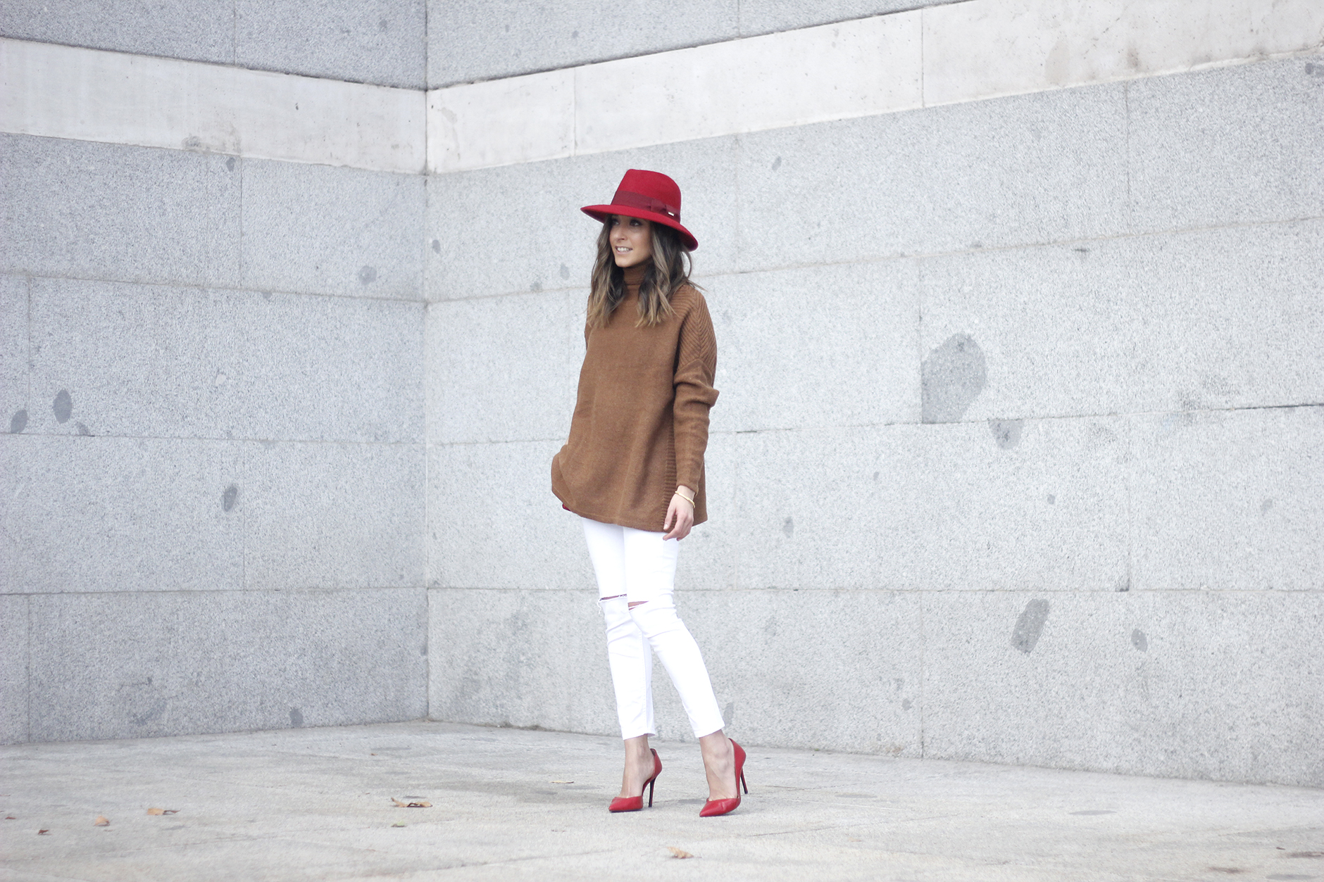 Turtleneck Sweater white jeans red heels red hat uterqüe outfit05
