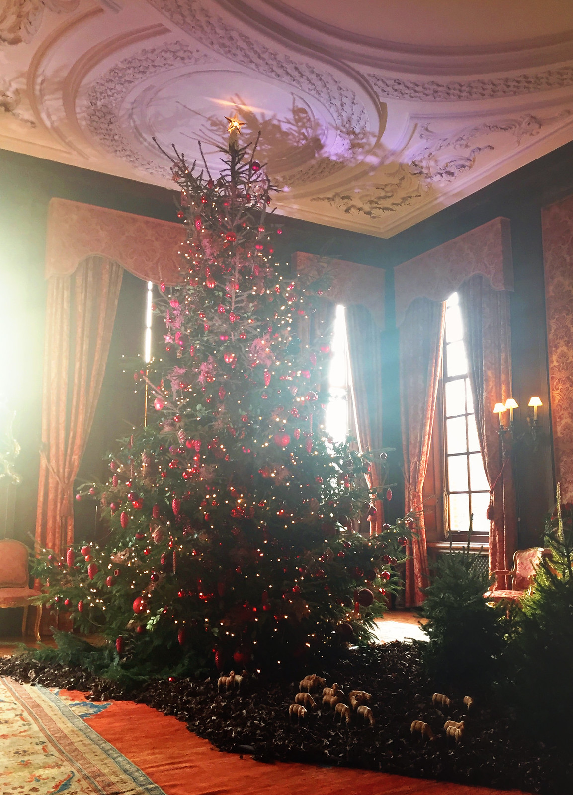 Red and gold Christmas tree at Kasteel Middachten