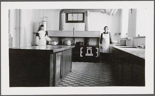 A nun and another woman in the kitchen at Cross Lake Indian Residential School, Cross Lake, Manitoba / Une religieuse et une autre femme dans la cuisine du pensionnat indien de Cross Lake (Manitoba)