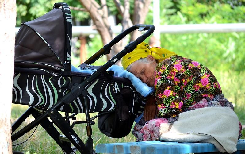 O străbunică a adormit împreună cu bebelușul său
