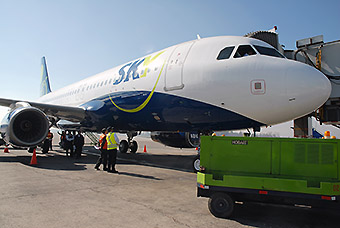 Sky Airline A320 CC-ABV en puente (Sky Airline)