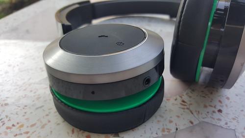 Panasonic RP-BTD10E-K ข้างนี้จะเป็นปุ่มรับโทรศัพท์ มี NFC มีไมโครโฟน และช่องเสียบหูฟัง 3.5 มม.