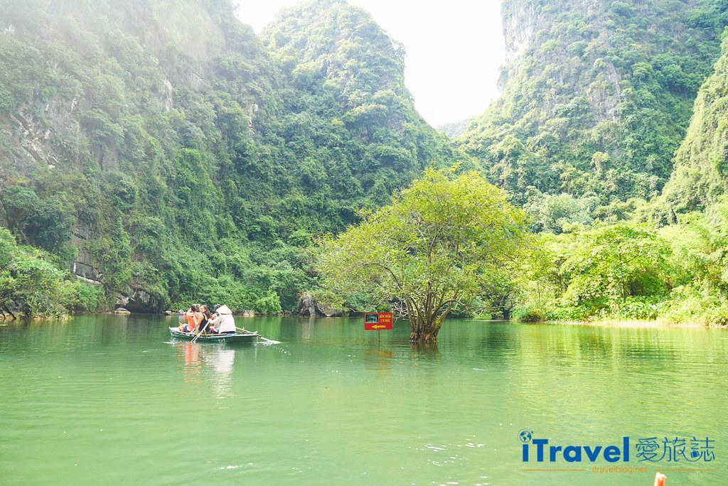 《宁平游船体验》陆龙湾新泰旅游区游船:陆地版下龙湾行舟,享受穿梭山峦与洞穴的乐趣。