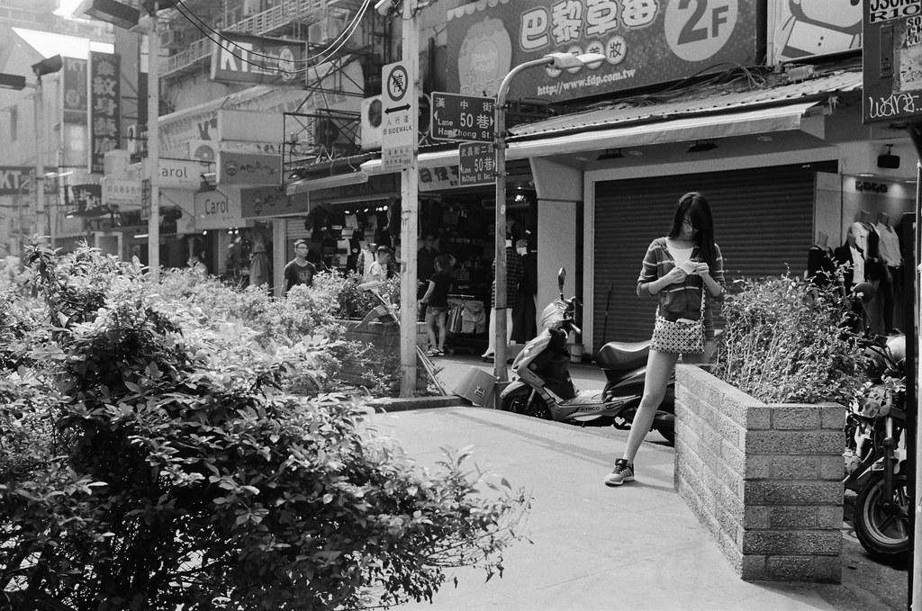 西門町 台北 2015/11/07 裝了一捲黑白底片到西門町拍攝,西門町很多地方都可以停下來等畫面。  在日本走走拍拍的時候,發現黑白拍起來畫面其實很強烈,可能是因為把顏色拿走了吧,所以剩下構圖來傳達畫面的意思就變得比較直接一點吧!  總之,回來台灣後,保持像在旅行時的好奇感繼續拍照!  Nikon FM2 Nikon AI AF Nikkor 35mm F/2D Kodak TRI-X 400 / 400TX 2940-0015 Photo by Toomore