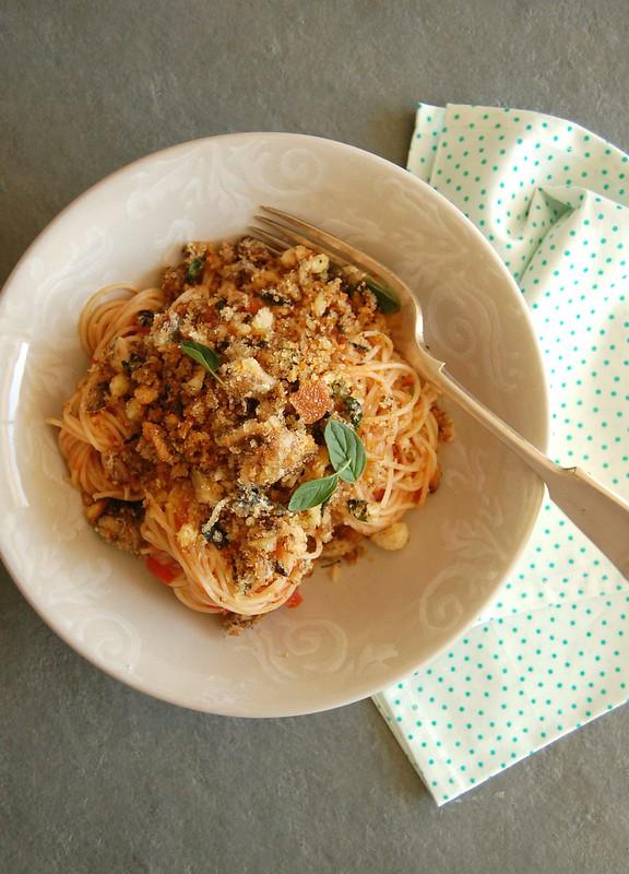 Pasta with crispy sardine and oregano breadcrumbs / Espaguete com farofinha crocante de sardinha e orégano