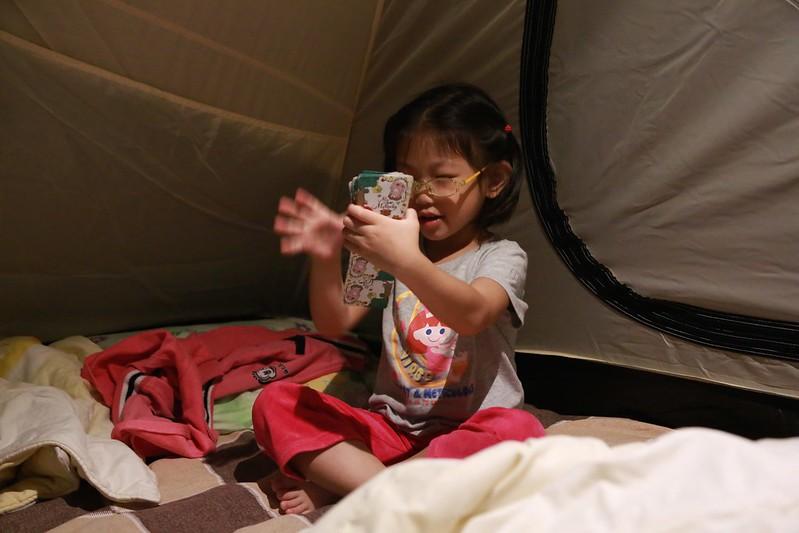 練習洗牌的寶妹