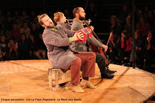 Cirque poussière - Cie La Faux Populaire  Le Mort aux dents - saison culturelle Les Fadarelles, la Ville de Langogne & Scènes Croisées de Lozère