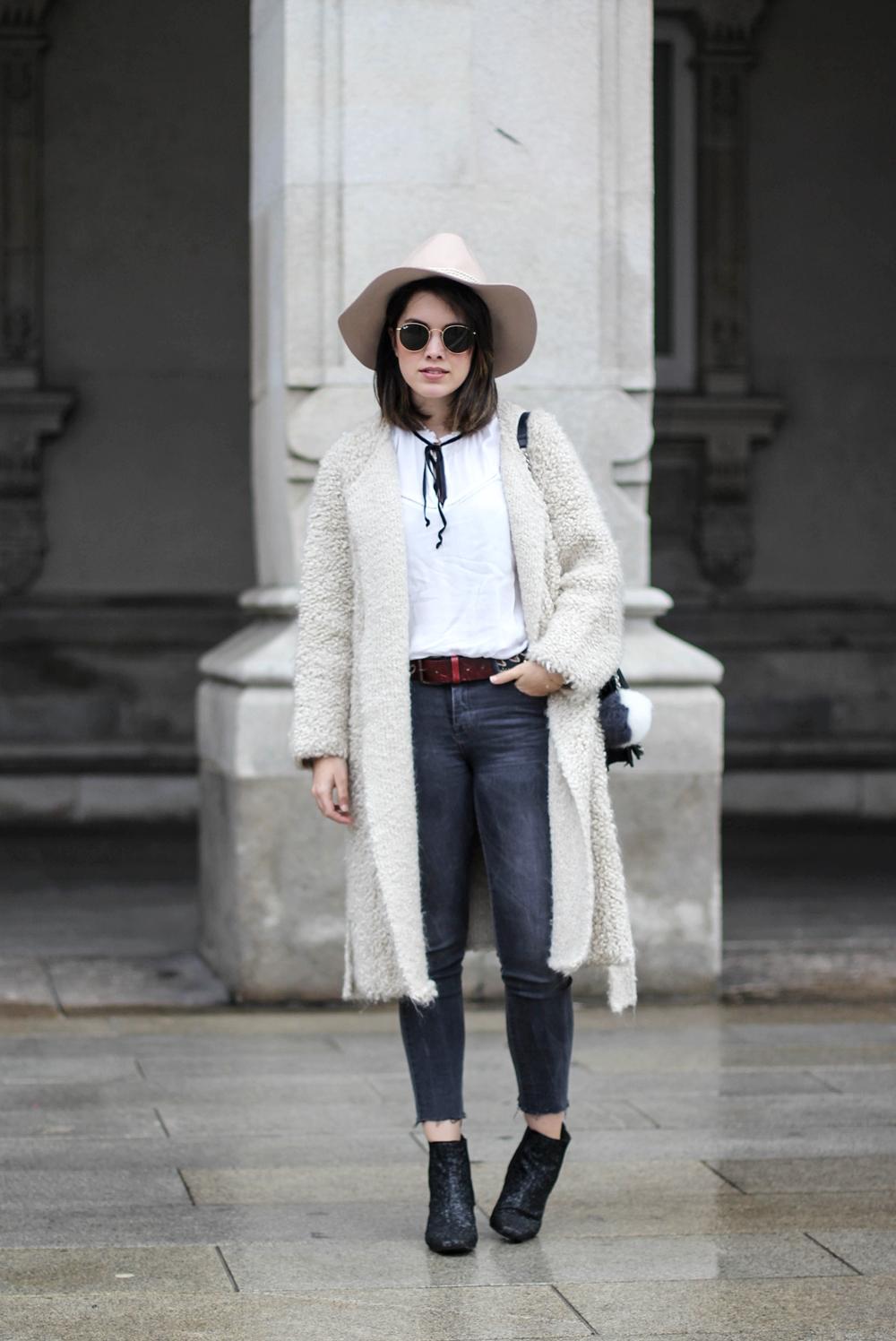 look con chaqueta de mohair, blusa con lazo negro y botin de purpurina myblueberrynightsblog