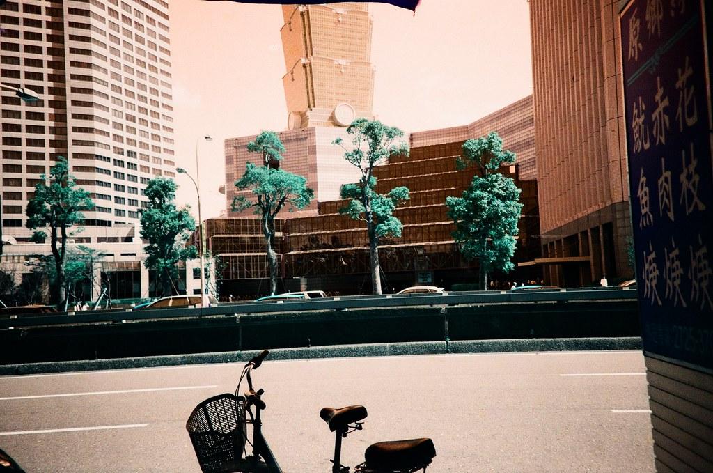 第一卷 Turquoise 作品 [#4] 路樹 / Lomo LC-A+ 2015/10/15 第一卷 Turquoise 作品。嘗試拍一下樹,看看沖出來的顏色會是怎樣。  Lomo LC-A+ Lomography LomoChrome Turquoise XR 100-400 1567-0004 Photo by Toomore