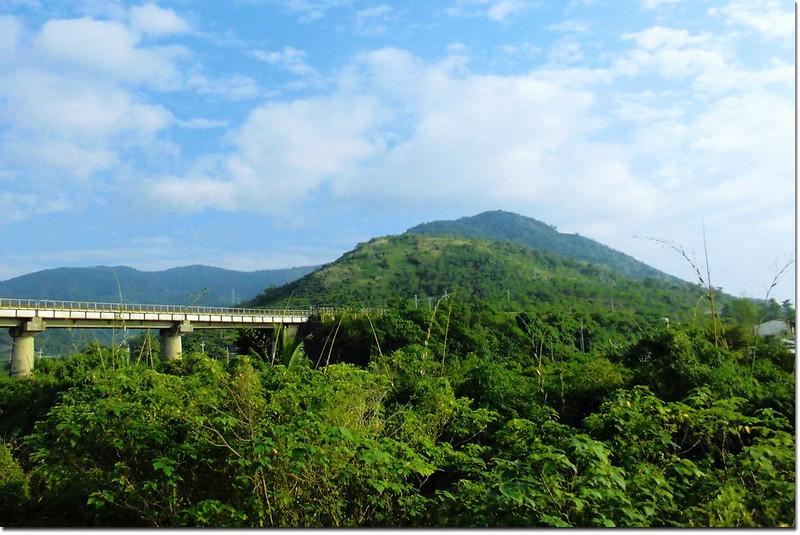 台1線品味軒休息站前仰望南巴卡路山(阿標拍攝)