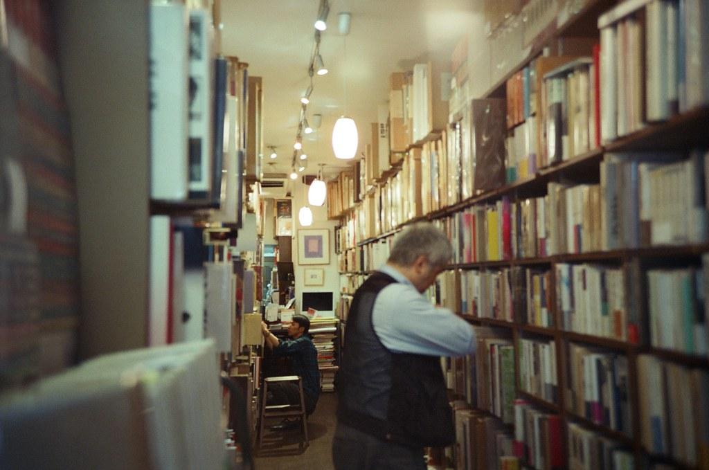 神保町 Tokyo, Japan / KODAK 500T 5219 / Lomo LC-A+ 後來我自己又來到的神保町,有點忘記自己當時的目的,但應該也是逛逛書店找看看有沒有什麼特別的攝影書。  怕會打擾到路人,我偷偷地在門口按了一張書店內部的畫面。  Lomo LC-A+ KODAK 500T 5219 V3 7393-0032 2016-05-22 Photo by Toomore