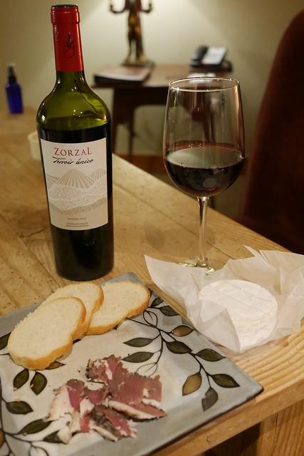 月, 2016-12-12 21:19 - 宿に帰ってワイン、チーズ、鴨のパンチェッタ
