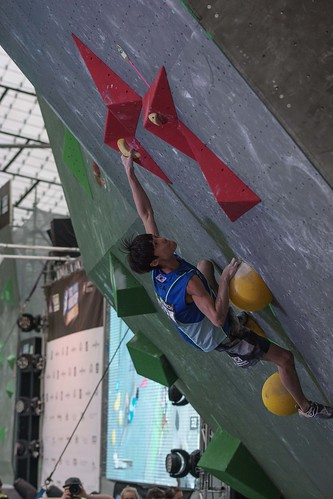 Jongwon Chon climbs to victory in Munich. Photo: IFSC / Eddie Fowke