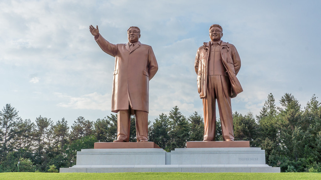 kim jong statue photo