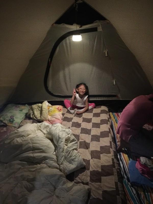 在帳篷內的寶妹