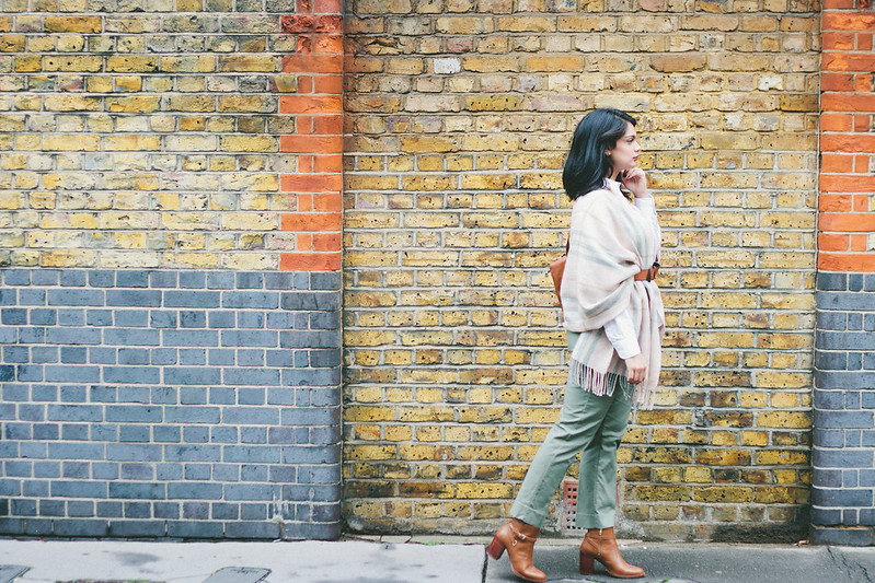 {3 ways to wear a blanket scarf} via chevrons & éclairs