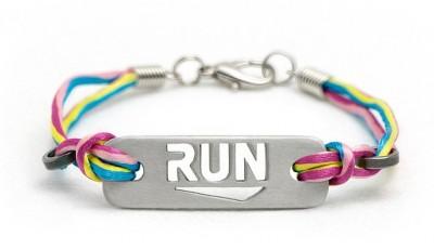 10 tipů na dárky pro běžce, na které vám bude stačit pětistovka