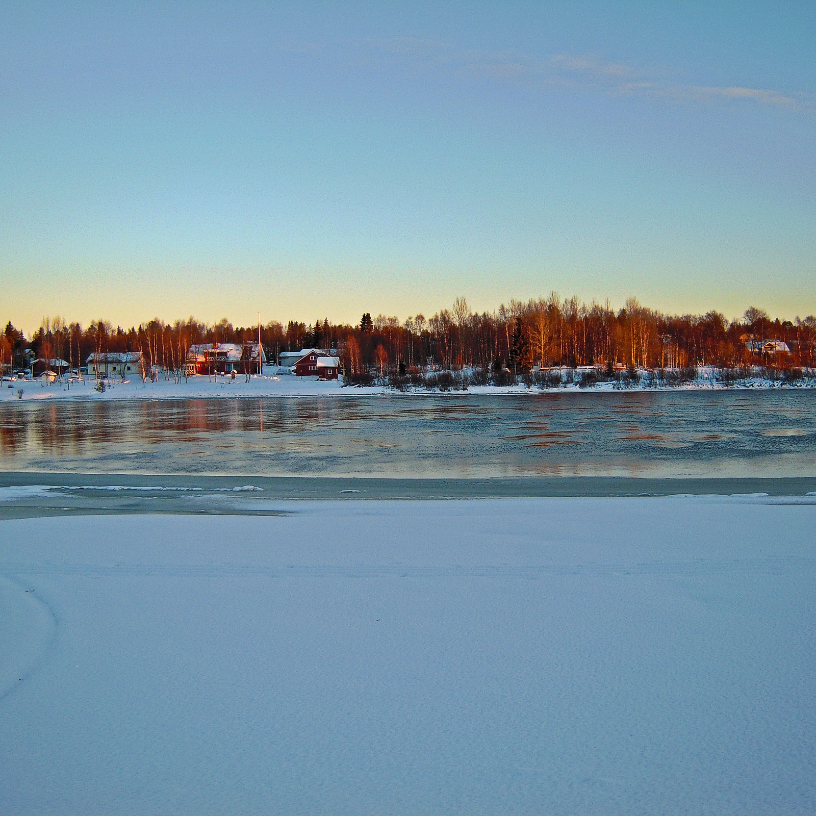 River Kitinen freezing over