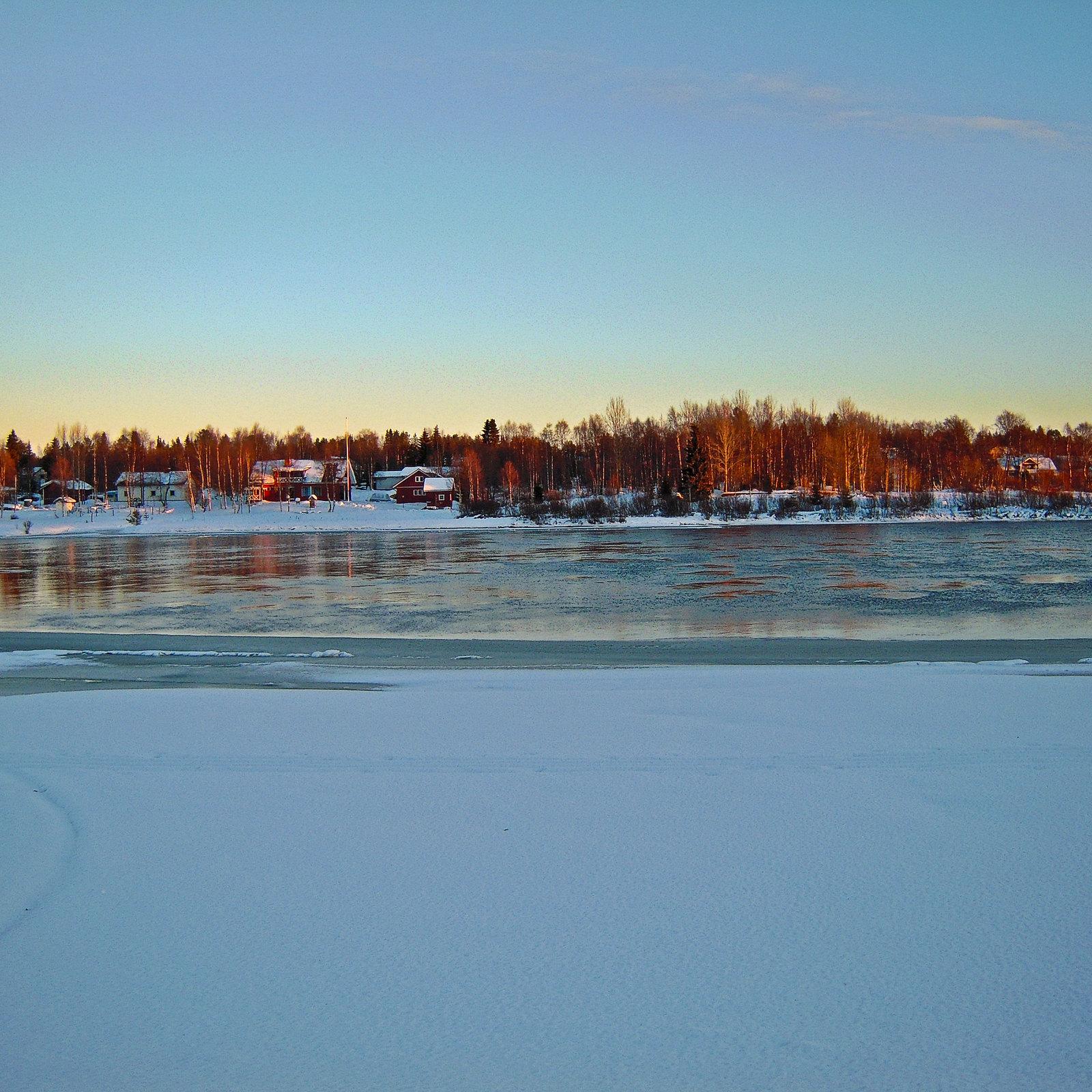 River Kitinen freezing over