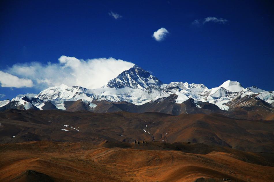 エベレストを少し離れたところから眺めた風景
