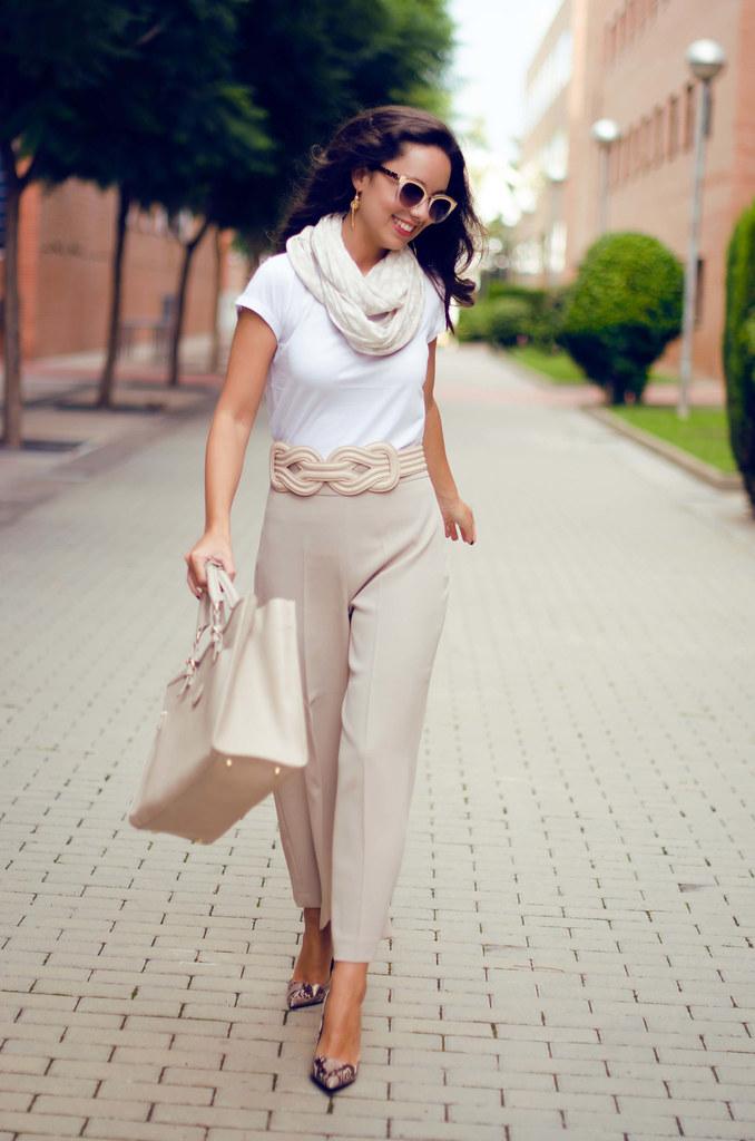 Cómo combinar un pantalón de pata ancha beige en otoño