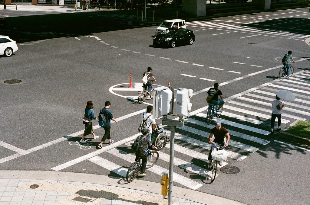 大阪 Osaka 2015/09/22 剛到大阪時住的地方的路口,那天早上要去池田。  住在一個溫泉公共澡堂的地方,有點酷!第一次去大澡堂洗澡。他其實樓下是公共澡堂,樓上是膠囊旅館。  Nikon FM2 Nikon AI Nikkor 50mm f/1.4S AGFA VISTAPlus ISO400 0945-0011 Photo by Toomore